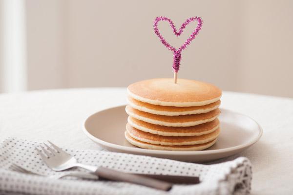 1-DIY-Pipe-Cleaner-Heart-Pancake-Topper
