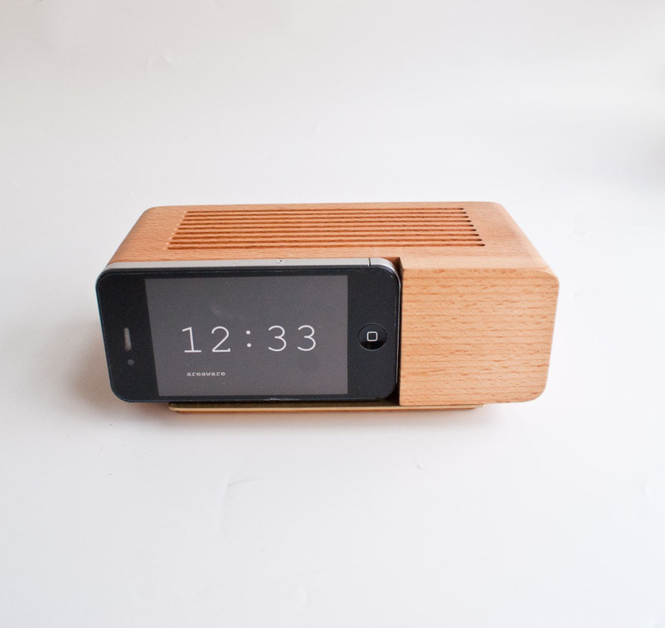 areaware-wooden-ipod-alarm-clock-holder-1